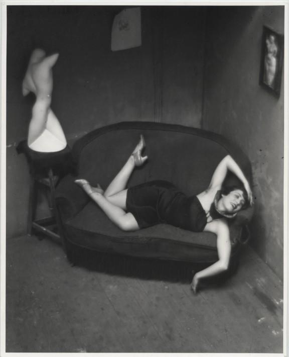 "André Kertész, ""Tancerka z burleski (Magda Förstner)"", Paryż, 1926 © Ministere de la Culture - Médiatheque du Patrimoine, Dist. RMN-Grand Palais / André Kertész (Dzięki uprzejmości André Kertész Memorial Museum, Szigetbecse, Węgry) (źródło: materiały prasowe organizatora)"