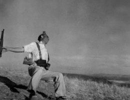 """Robert Capa, """"Śmierć hiszpańskiego republikanina, Front pod Kordobą, Hiszpania"""", początek września, 1936 © International Center of Photography/Magnum Photos (źródło: materiały prasowe organizatora)"""
