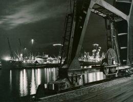 """Janusz Uklejewski, """"Port w nocy"""", fot. © Muzeum Narodowe w Gdańsku (źródło: materiały prasowe organizatora)"""