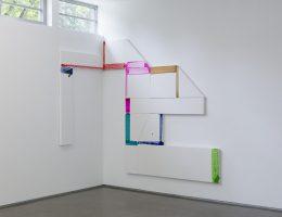 """David Hanvald, Cykl """"Sześciany – Kompozycja nr 1"""", 2010, akryl / płótno, 270 x 390 cm (źródło: materiały prasowe organizatora)"""