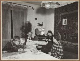 Wnętrze mieszkalnia na osiedlu w Nowej Hucie, lata 50. XX w., aut. fot. nieznany, wł. MHK (źródło: materiały prasowe organizatora)