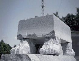 """Zbigniew Frączkiewicz, """"100 ton"""", granit karkonoski, 300 x 170 x 220 cm, 12 ton (źródło: materiały prasowe organizatora)"""