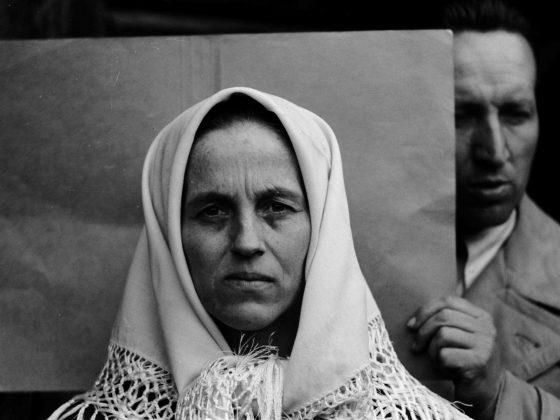 Autor nieznany, Fotografia twarzy kobiety. Za nią badacz z IDO. Badania rasowe, Nowa Wieś, Krynica, pow. Nowy Sącz,1940. Archiwum UJ/ (źródło: materiały prasowe organizatora)