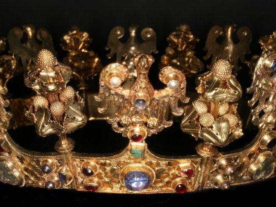 Korona kobieca z orłami Początek XIV w. Paryż (?), Włochy(?) Złoto, kamienie szlachetne, perły, emalia (Źródło: materiały prasowe organizatora)