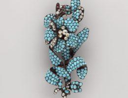 Broszka w formie turkusowej gałązki kwiatowej, Polska, Muzeum Narodowe w Warszawie, fot. Piotr Ligier (źródło: materiały prasowe organizatora)