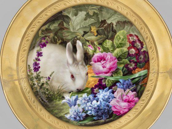 Talerz z królikiem wśród kwiatów, Wiedeń, Cesarska Manufaktura Porcelany, miniatura Josef Nigg, 1815, MNW, fot. Piotr Ligier (źródło: materiały prasowe MNW)