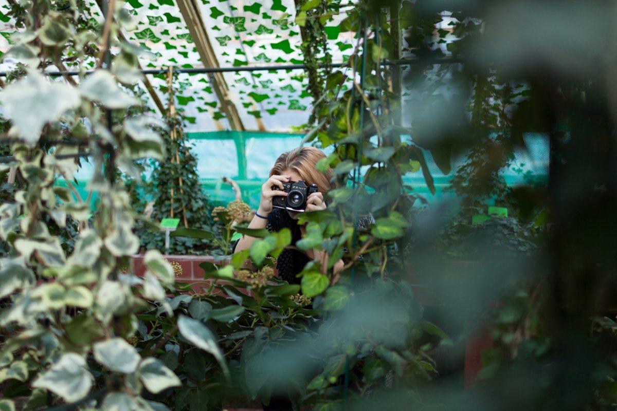 Uczestniczka warsztatów w poszukiwaniu tematu, fot. Alicja Kielan (źródło: materiały prasowe organizatora)