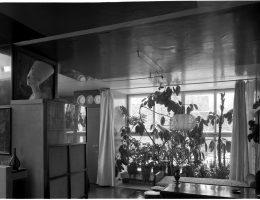 Dom własny Bohdana Lacherta przy ul. Katowickiej 9 w Warszawie, pokój stołowy i oranżeria, fot. Witalis Wolny, 1972, Instytut Sztuki Polskiej Akademii Nauk (źródło: materiały prasowe organizatora)