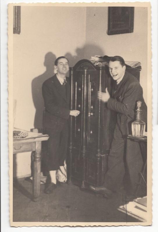 Stanisław Dobrowolski i Andrzej Morbitzer w biurze firmy handlowej przy ul. Jagiellońskiej 11, ok. 1941-1944, wł. prywatna (źródło: materiały prasowe organizatora)