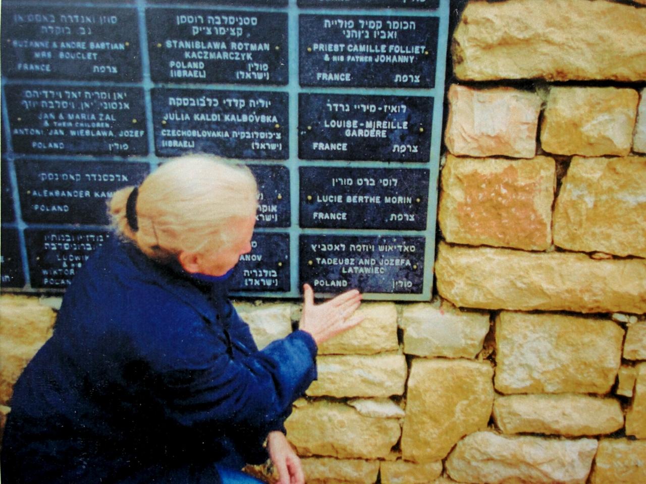 Nina Ecker w Ogrodzie Sprawiedliwych Instytutu Yad Vashem, fot. współczesna, wł. prywatna (źródło: materiały prasowe organizatora)