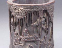 Pojemnik z dekoracją przedstawiającą Siedmiu Mędrców z Bambusowego Gaju, dynastia Ming (1368–1644); bambus, rzeźbienie (źródło: materiały prasowe organizatora)