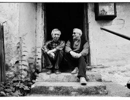 Tadeusz Różewicz i JerzyOlekna progu jego domu w Starym Gierałtowie, fot. z archiwum J. Olka (źródło: materiały prasowe organizatora)