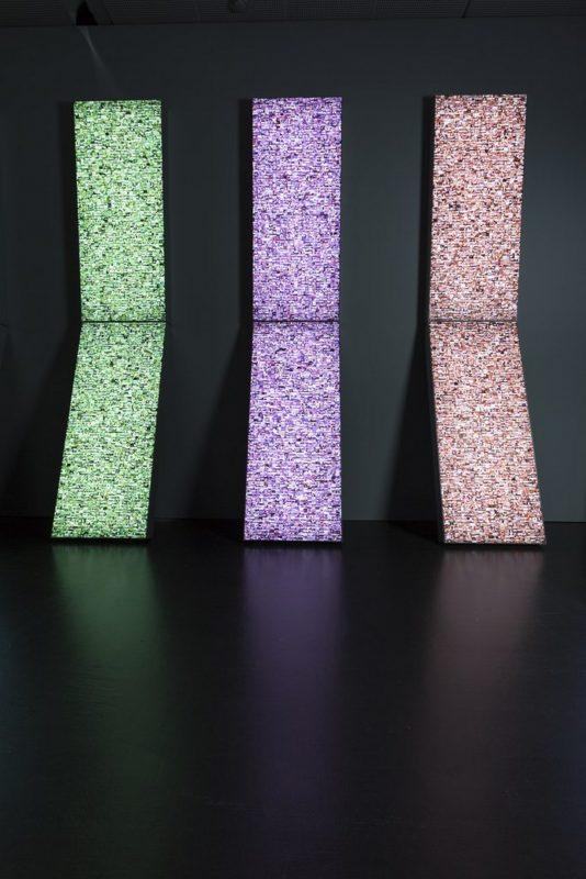 """Hasan Elahi, """"Stelae"""", instalacja lightbox, 2015, dzięki uprzejmości ZKM Karlsruhe, fot. A. Serexhe (źródło: materiały prasowe organizatora)"""