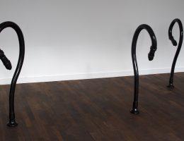 """Assaf Gruber, """"Głębsze stany"""", 2017, rzeźba – malowane drewno (źródło: materiały prasowe organizatora)"""