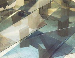 """Jan Berdyszak, """"Apres passe-par-tout"""", 2004, instalacja anamorficzna, szyby błękitne, polichromowana klocki (źródło: materiały prasowe organizatora)"""
