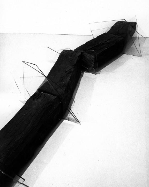"""Jan Berdyszak, """"Belka"""", 1993, instalacja, belka, szkło, Galeria l'Ollave, Lyon (źródło: materiały prasowe organizatora)"""