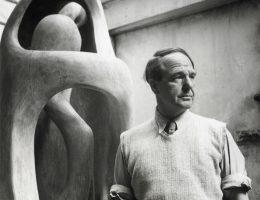 """Henry Moore w swoim studiu z rzeźbą """"Upright Internal/ External Form"""", 1954 (źródło: materiały prasowe organizatora)"""