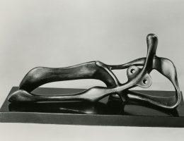 """Reclining Figure: Snake"", 1939–40 (źródło: materiały prasowe organizatora)"