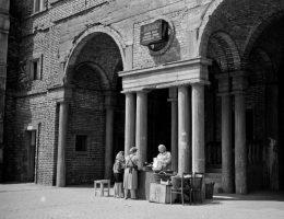 Brama na os. Centrum B, l. 60. XX w., fot. Henryk Hermanowicz, wł. MHK (źródło: materiały prasowe organizatora)