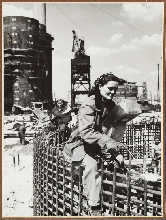 Spawaczka Zofia Kaim na pierścieniu Wielkiego Pieca Nr 1, lipiec 1953 r., aut. fot. nieznany, wł. MHK (źródło: materiały prasowe organizatora)