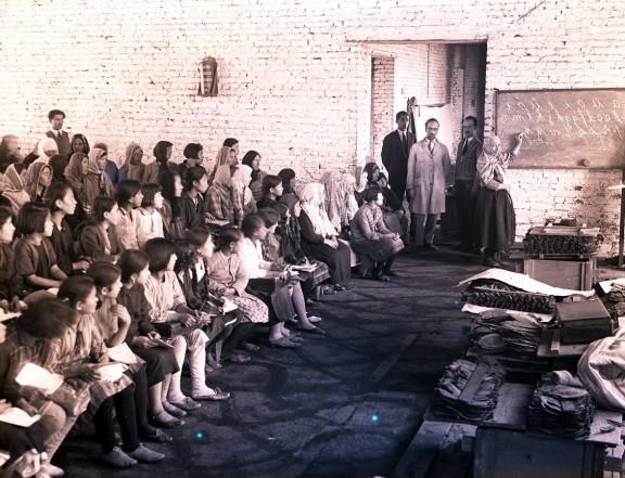 Podstawowa szkoła publiczna zaimprowizowana w suszarni tytoniu. Dzieci uczą się alfabetu łacińskiego wprowadzonego w 1928 roku. Fotografia, początek lat 30. XX w., autor nieznany, Kolekcja fotografii Suna ve İnan Kıraç Vakfı (źródło: materiały prasowe organizatora)