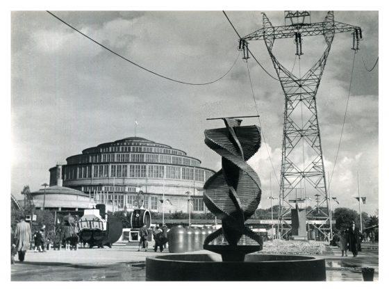 Fragment ekspozycji między Pawilonem Przemysłowym a Halą Stulecia, fotografia Jana Bułhaka, 1948 rok, Muzeum Architektury we Wrocławiu (źródło: materiały prasowe organizatora)