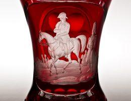 Szklanica z konnym portretem Napoleona, Czechy, ok. 1845, szkło: Gräfflich Harrahsche Glasfabrik Neuwelt (Nový Svět), dekoracja rytowana: Emanuel Hoffman w Karlsbadzie (Karlowe Wary) (źródło: materiały prasowe organizatora)