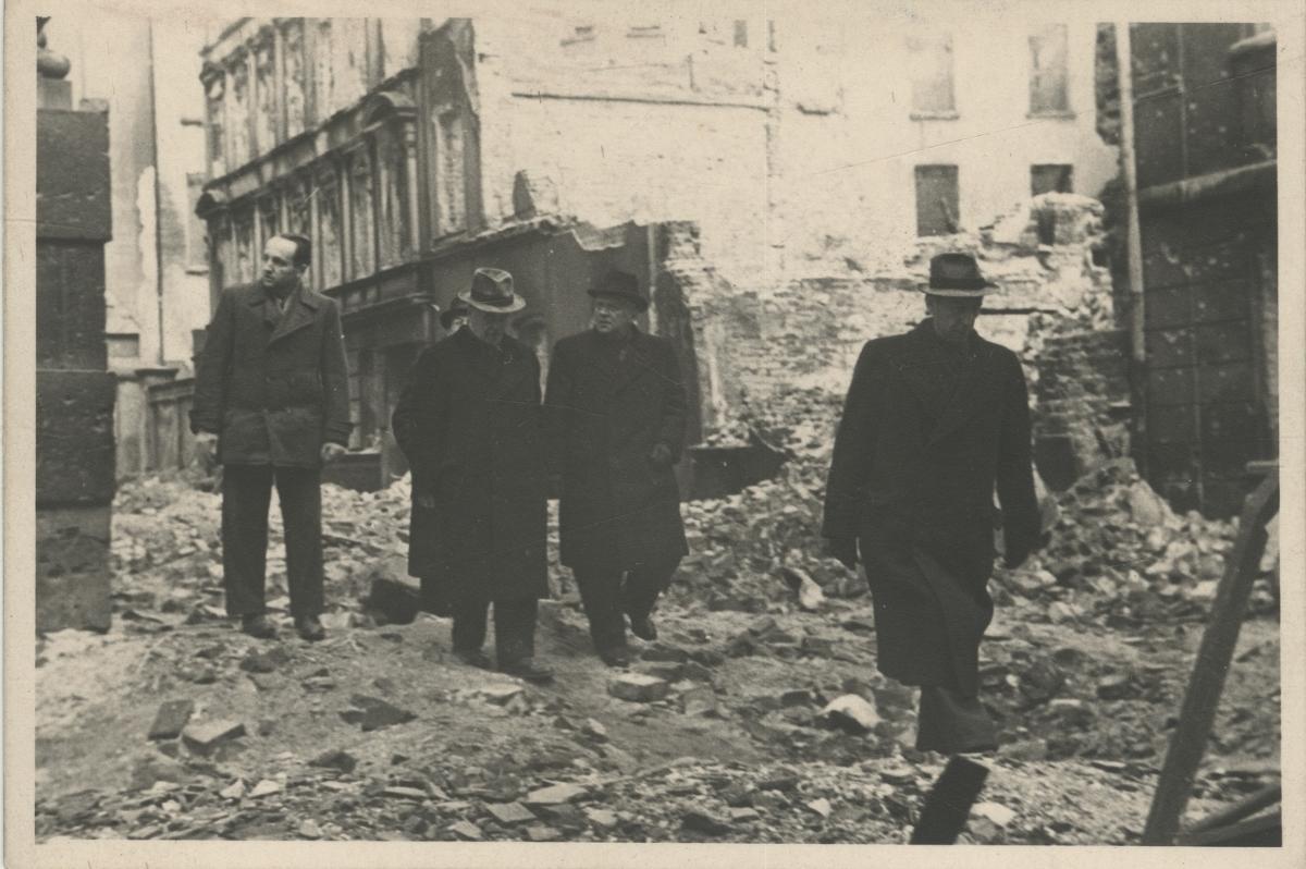 Stanisław Kulczyński na gruzach Breslau, ok. 1945, fot. archiwum ZNiO (źródło: materiały prasowe organizatora)