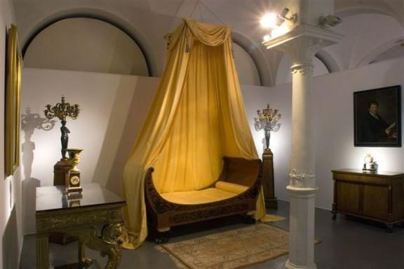 Łóżko w stylu empire, ok. 1810–1820. Śląsk(?), zbiory Muzeum Narodowego we Wrocławiu (źródło: materiały prasowe organizatora)