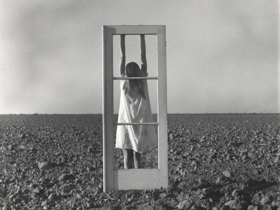 """""""Autoportret. Drzwi i pole"""", 1964, fot. Leo Brissette (źródło: materiały prasowe organizatora)"""