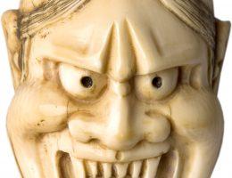"""""""Maska demona Hannui"""", Japonia, XIX w.; netsuke rzeźbione w kości słoniowej (źródło: materiały prasowe organizatora)"""