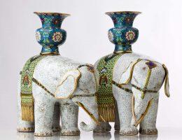 """""""Figury słoni z wazami na grzbietach"""", Chiny, Dynastia Qing (1644-1911), miedź, emalia komórkowa, brąz, złocenia (źródło: materiały prasowe organizatora)"""