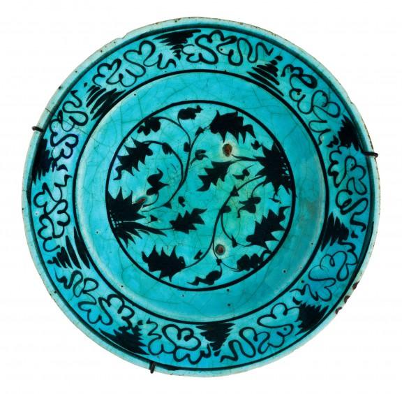 Talerz tabagh z motywem roślinnym, Azerbejdżan/Dagestan, pocz. XVII w.; ceramika kwarcowa, malatury czernią pod transparentnym szkliwem turkusowym (źródło: materiały prasowe organizatora)