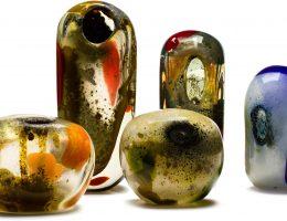 """Tasios Kiriazopoulos, """"Zestaw form Hydro"""", Huta w Tarnowie 1970; szkło sodowe z zastosowaniem barwek i tlenków metali, ręcznie formowane (źródło: materiały prasowe organizatora)"""