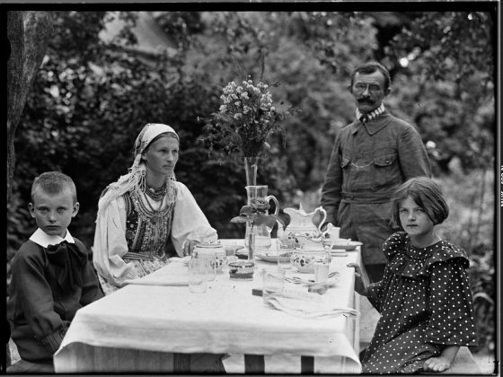 Lucjan Rydel z rodziną przy stole przed dworkiem w Toniach, ok. 1910, wł. MHK (źródło: materiały prasowe organizatora)