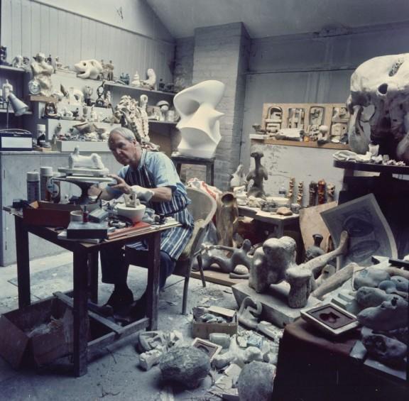 Henry Moore w swojej pracowni rzeźby, Perry Green, 1968; fot. John Hedgecoe (źródło: materiały prasowe organizatora)