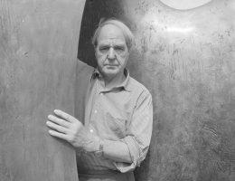"""Henry Moore z """"Knife Edge Two Piece"""" w Perry Green, 1967; fot. John Hedgecoe (źródło: materiały prasowe organizatora)"""