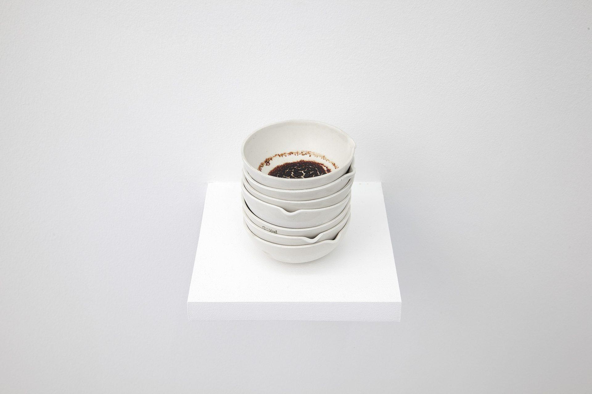 """Ella Littwitz, """"Krwawy deszcz"""", 2018 7 naczyń laboratoryjnych, algi, 12 × 10,5 × 10,5 cm dzięki uprzejmości Harlan Levey Projects (materiały prasowe organizatora)"""