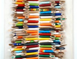 """Grzegorz Sztwiertnia, """"Sequel"""", ołówki, klej na desce, Galeria Sztuki w Legnicy (źródło: materiały prasowe organizatorów)"""