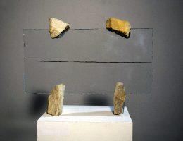 """Alojzy Gryt, """"Znak – 9"""", 1995 szkło, kamień, archiwum artysty (źródło: materiały prasowe organizatora)"""