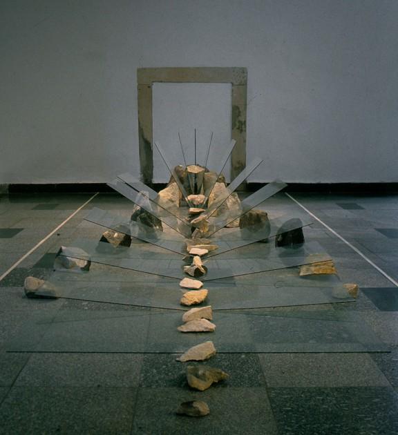 """Alojzy Gryt, """"Krajobraz V"""", 1992 szkło, kamień, archiwum artysty (źródło: materiały prasowe organizatora)"""