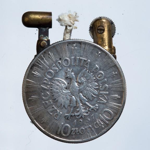 Zapalniczka wykonana z dwóch monet z wizerunkiem Józefa Piłsudskiego z 1934r.; DN MKL w ZNiO -rewers (źródło: materiały prasowe organizatora)