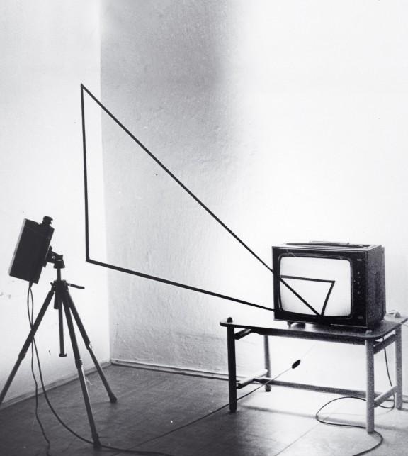Andrzej Paruzel, Trójkąt, 1977, video-fotografia, 18 x 22 cm, odbitka żelatynowo-srebrowa, vintage, sygnowana, edycja 810 , fot. z archiwum artysty (źródło: materiały prasowe organizatora)