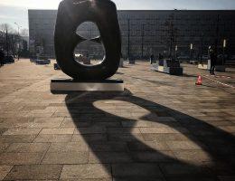 Henry Moore przed gmachem MNK, fot Agata Jabłońska (źródło: materiały prasowe)