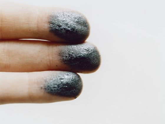 Lydia Goldblatt, Allotrop węgla (dotknięcie), technika chromogenic print, 2016, fot. © Lydia Goldblatt (źródło: materiały prasowe)