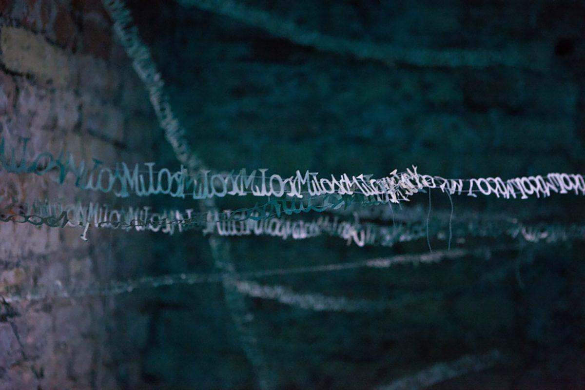 Katarzyna Józefowicz, miłość, 2001, papier, nici, wymiary zmienne, dokumentacja z 2011 roku z wystawy zbiorowej Miłość – site specific w Królewskiej Fabryce Karabinów w Gdańsku autorstwa K. Józefowicz (źródło: materiały prasowe)