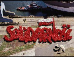 Piotr Uklański, Bez tytułu (Solidarność), 2007, dyptyk, fotografia na dibondzie, 260 × 370 cm, edycja 5 +AP, praca z Kolekcji II Galerii Arsenał, Białystok (źródło: materiały prasowe)