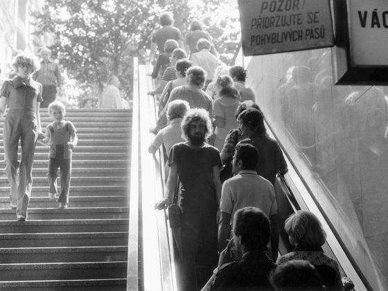 Jiří Kovanda, Na ruchomych schodach… Odwrócony, wpatruję się w oczy osoby stojącej za mną…, performans, Praga, 1977 r. (źródło: materiały prasowe)