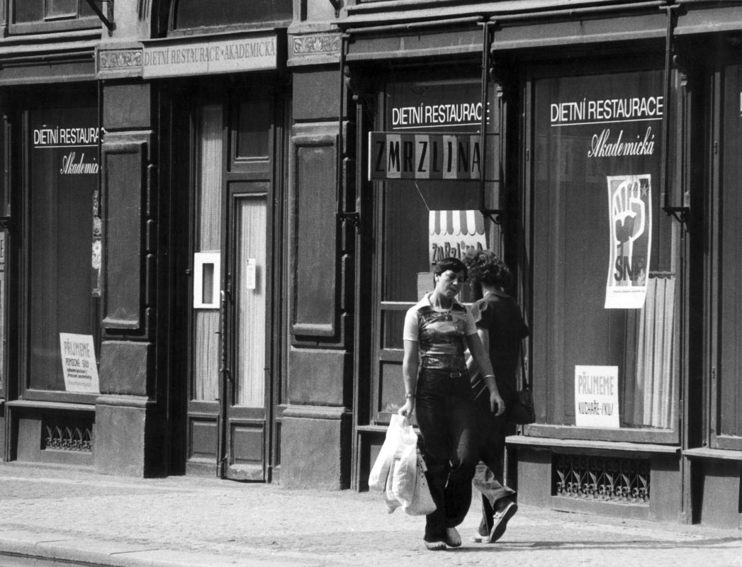 Jiří Kovanda, Kontakt. Idąc ulicą wpadam na przechodniów, performans, Praga, 1977 r. (źródło: materiały prasowe)