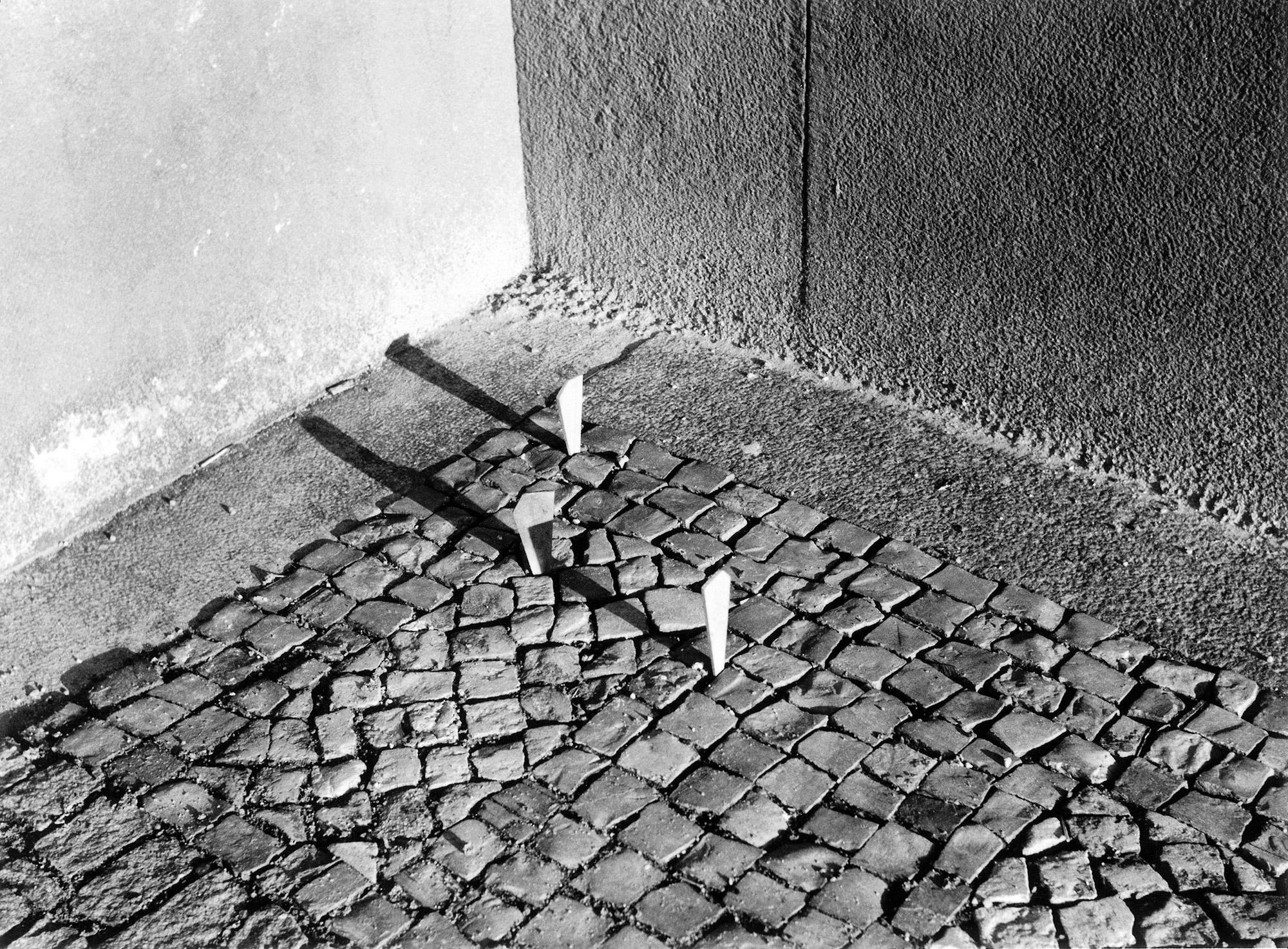Jiří Kovanda, Kliny w bruku, Praga, 1980 r. (źródło: materiały prasowe)